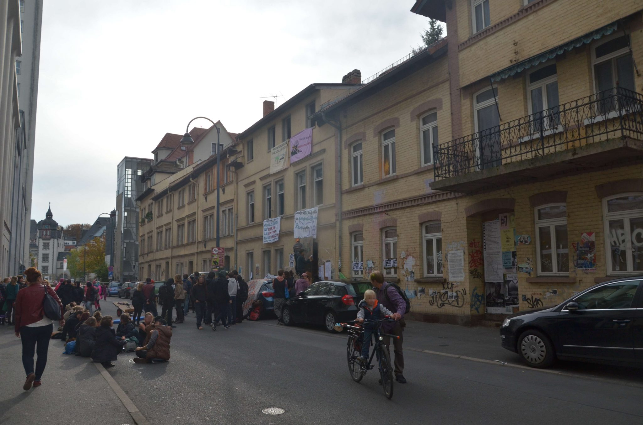 Prozess wegen Hausbesetzung: Stiftung lässt Häuser verfallen – Aktivist*innen sollen sich verantworten