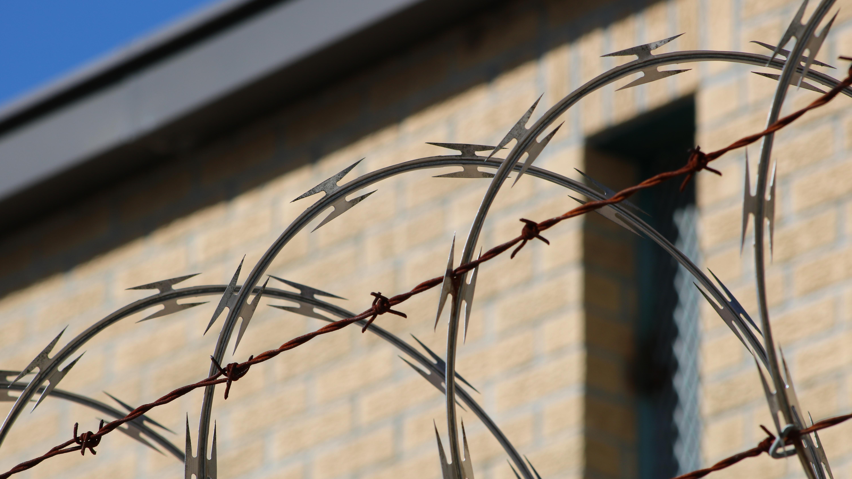 JVA Tonna: Anstalt abgeriegelt und hausübergreifende Beschwerde von 171 Gefangenen