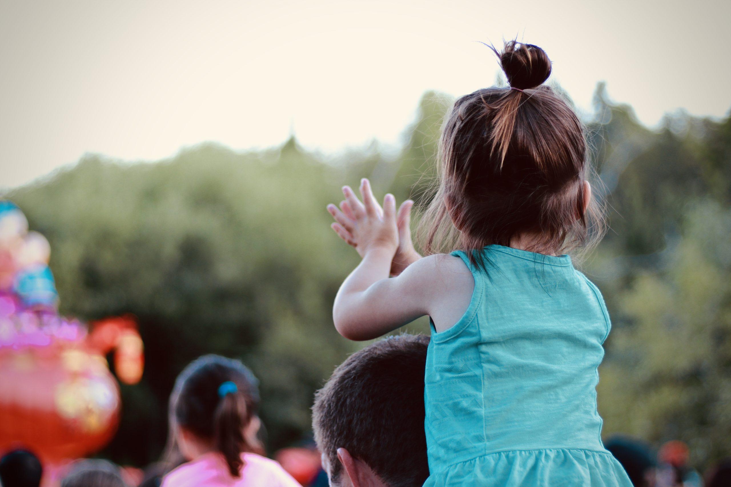 Mädchen klatscht in Hände