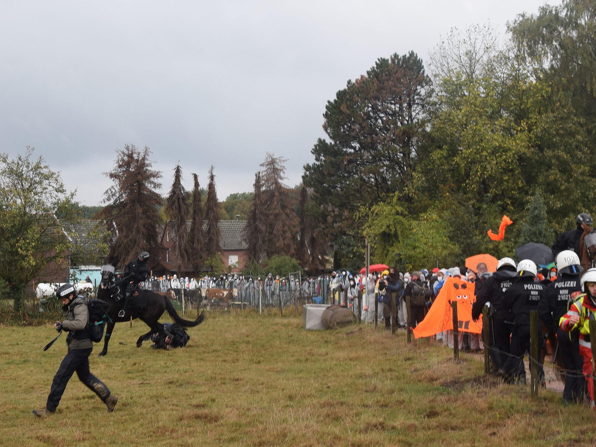 Ende Gelände: Rippenbruch bei Journalistin durch Polizeipferde