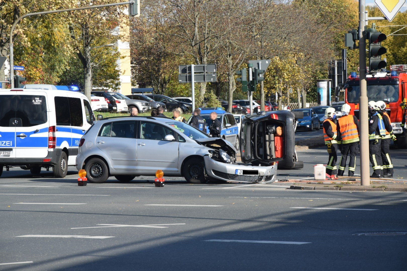 Autounfall mit umgekipptem Mercedes im Stadtzentrum
