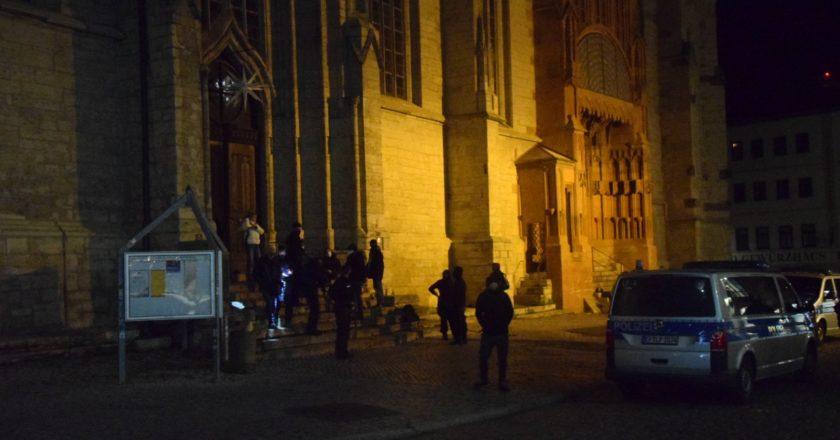 Querdenken-Aktion an der Stadtkirche floppt – Diskussionen mit Antifaschist*innen