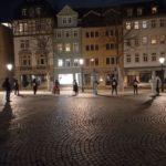 """Querdenkende tanzen auf dem Jenaer Marktplatz zu """"ein bisschen Sars muss sein"""""""
