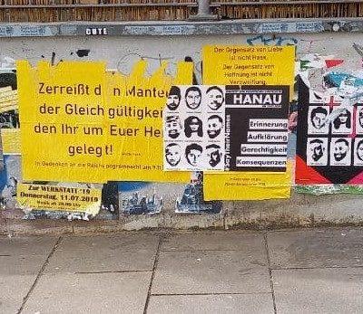 Mutwillig zerstörte Hanau-Gedenkplakate und islamfeindliche Karikaturen in der Innenstadt