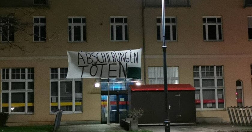 Banneraktion gegen Massenabschiebung