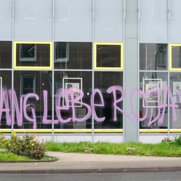 """Angriffe auf Banken: """"Ihre riesigen Glasfronten sind nun zu einem Spiegelbild ihres Handelns in dieser Welt geworden."""""""