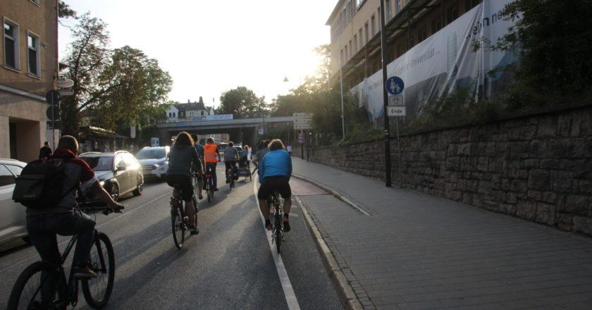 Hundert Radfahrende als Critical Mass Jena unterwegs